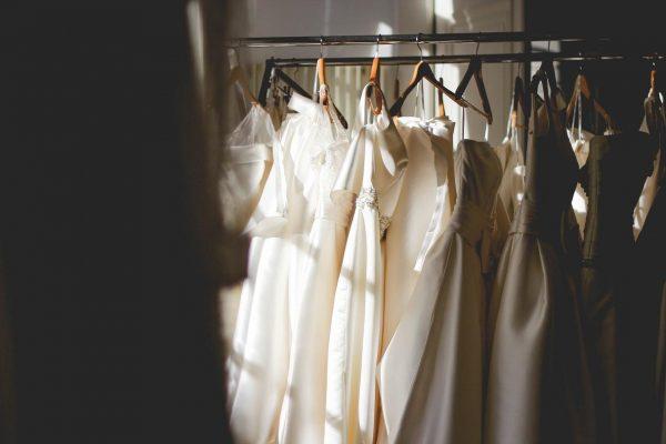 Brautkleider an einer Kleiderstange